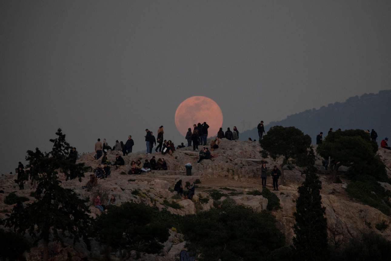 Η Σελήνη βγαίνει αργά πάνω από τον ορίζοντα μπροστα από τον Αρειο Πάγο στην Αθήνα