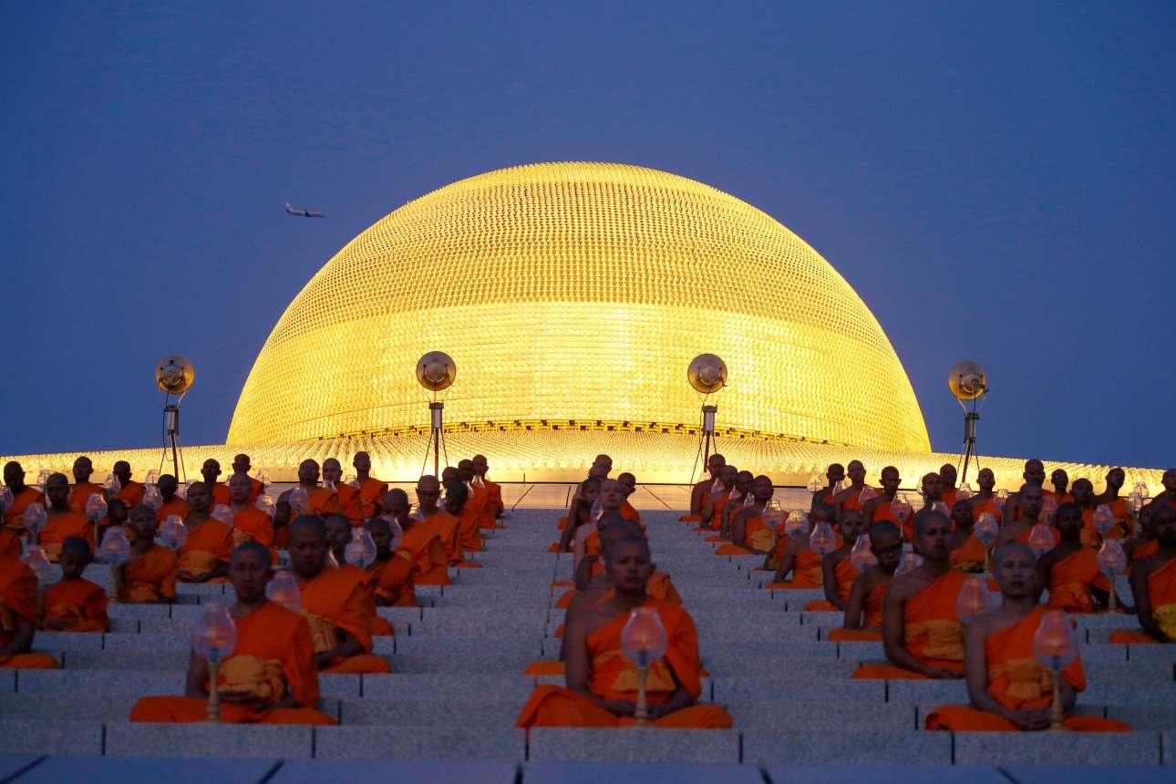Τετάρτη, 20 Φεβρουαρίου, Ταϊλάνδη. Βουδιστές μοναχοί προσεύχονται στο ναό Wat Phra Dhammakaya που βρίσκεται λίγο έξω από τη Μπανγκόκ