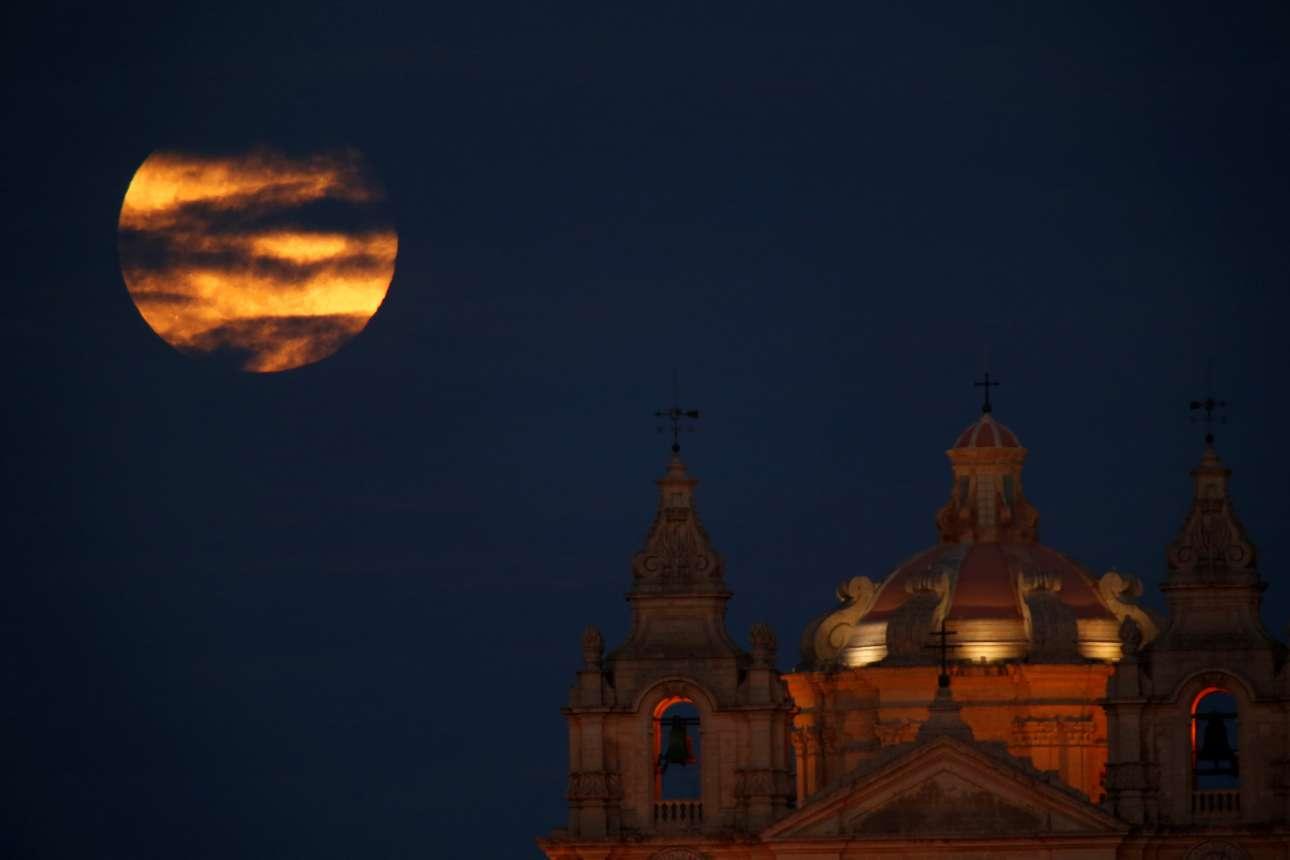 Τρίτη, 19 Φεβρουαρίου, Μάλτα. Η υπερπανσέληνος του Φεβρουαρίου πάνω από την Μντίνα