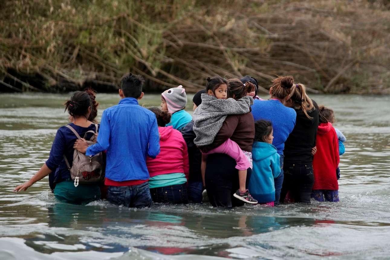 Τετάρτη, 20 Φεβρουαρίου, Μεξικό. Μετανάστες προσπαθούν να διασχίσουν τον ποταμό Ρίο Μπράβο, γνωστός και ως Ρίο Γκράντε, περνώντας από την μεξικανική περιοχή Πιέδρας Νέγρας στις ΗΠΑ