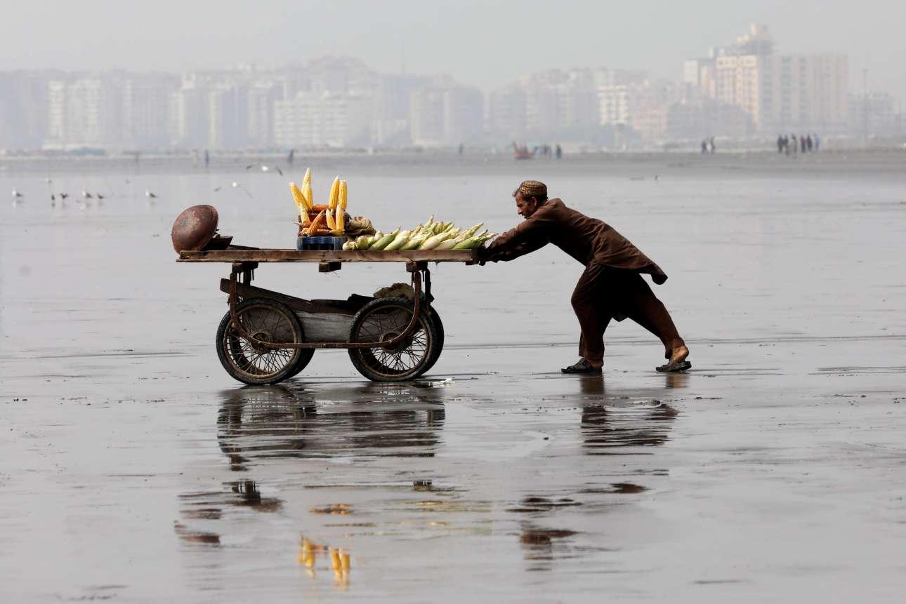 Παρασκευή, 22 Φεβρουαρίου, Πακιστάν. Πωλητής καλαμποκιού στην παραλία Κλίφτον, στο Καράτσι