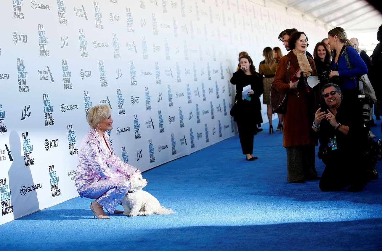 Σάββατο, 23 Φεβρουαρίου, ΗΠΑ. Η Γκλεν Κλόουζ ποζάρει με τον σκυλάκο της, Πιπ, πριν από την τελετή απονομής των κινηματογραφικών βραβείων Independent Spirit Awards. Ενα 24ωρο πριν τα Οσκαρ η Κλόουζ πήρε το βραβείο καλύτερης ερμηνείας για τον ρόλο της στο φιλμ «Wife»