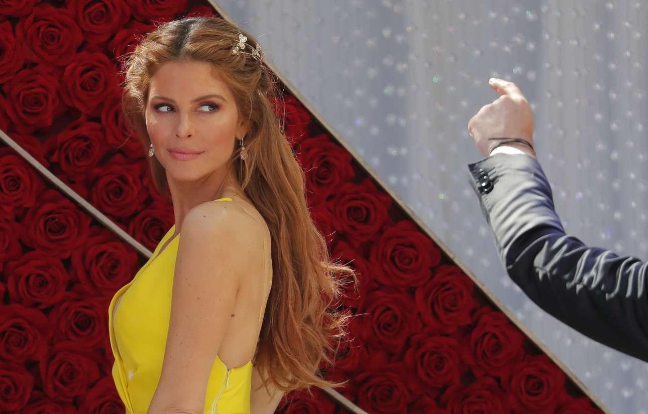 Η παρουσιάστρια Μαρία Μενούνος μοιάζει με νεράιδα στα κίτρινα και ποζάρει πριν αναλάβει πόστο στο κόκκινο χαλί