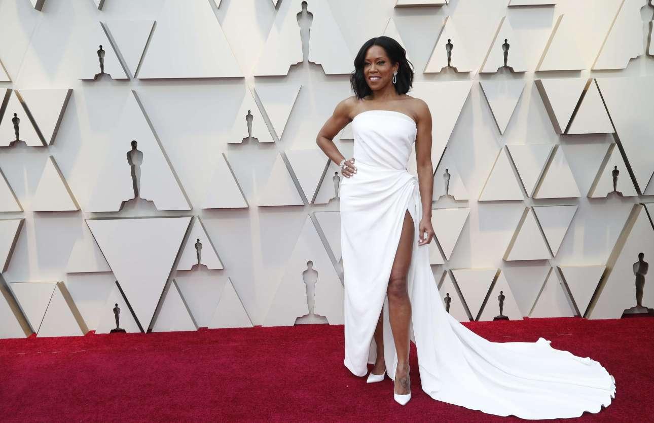 Η νικήτρια του Οσκαρ Β' Γυναικείου Ρόλου για την ταινία «If Beale street could talk» Ρετζίνα Κινγκ με στράπλες λευκή τουαλέτα Oscar de la Renta