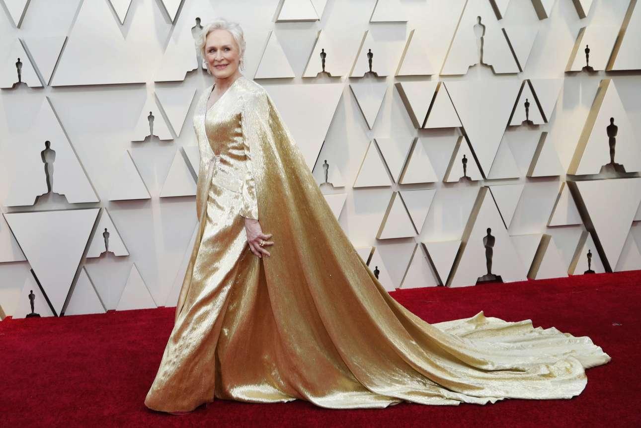 Η Γκλεν Κλόουζ μπορεί να μην κέρδισε το Οσκαρ α' γυναικείου ρόλου, αλλά σίγουρα κέρδισε τις εντυπώσεις με την επιβλητική χρυσή τουαλέτα με κάπα Carolina Herrera