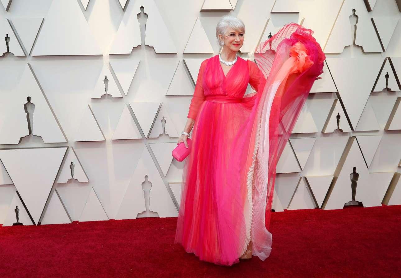 Τα έντονα ροζ και φούξια φορέματα κυριάρχησαν φέτος στο κόκκινο χαλί, ανάμεσα τους και το υψηλής ραπτικής Schiaparelli φόρεμα της απολαυστικής Ελεν Μίρεν