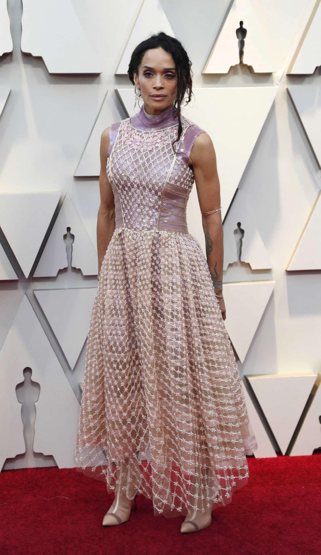 Ρομαντική και ταυτόχρονα ροκ η Λίζα Μπονέ φορώντας Fendi