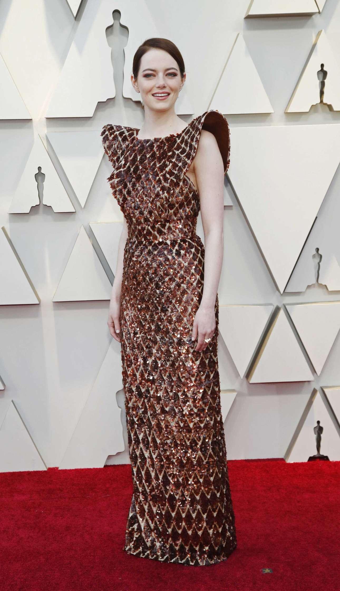 Η Εμα Στόουν, υποψήφια για Οσκαρ Β΄Γυναικείου ρόλου για την ταινία του Λάνθιμου «Η Ευνοούμενη», έμοιαζε με μπρούντζινο άγαλμα μέσα στη Louis Vuitton τουαλέτα της