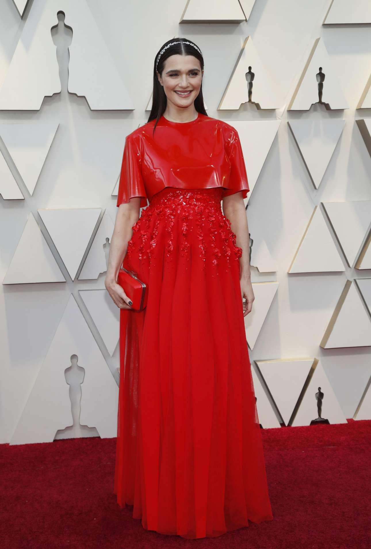 Η Ρέιτσελ Βάις, υποψήφια για Οσκαρ β' γυναικείου ρόλου για την «Ευνοούμενη» του Γιώργου Λάνθιμου, με μία ασυνήθιστη, παιχνιδιάρικη εμφάνιση – δημιουργία του Givency