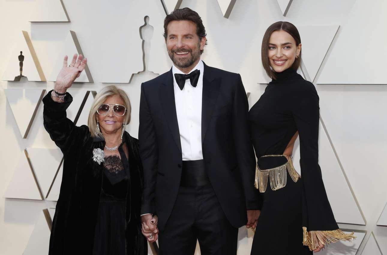 Ο Μπράντλεϊ Κούπερ εμφανώς ευτυχής ανάμεσα στην μητέρα του Γκλόρια Καμπάνο και την εκθαμβωτική σύζυγο του και διάσημο μοντέλο Ιρίνα Σάικ