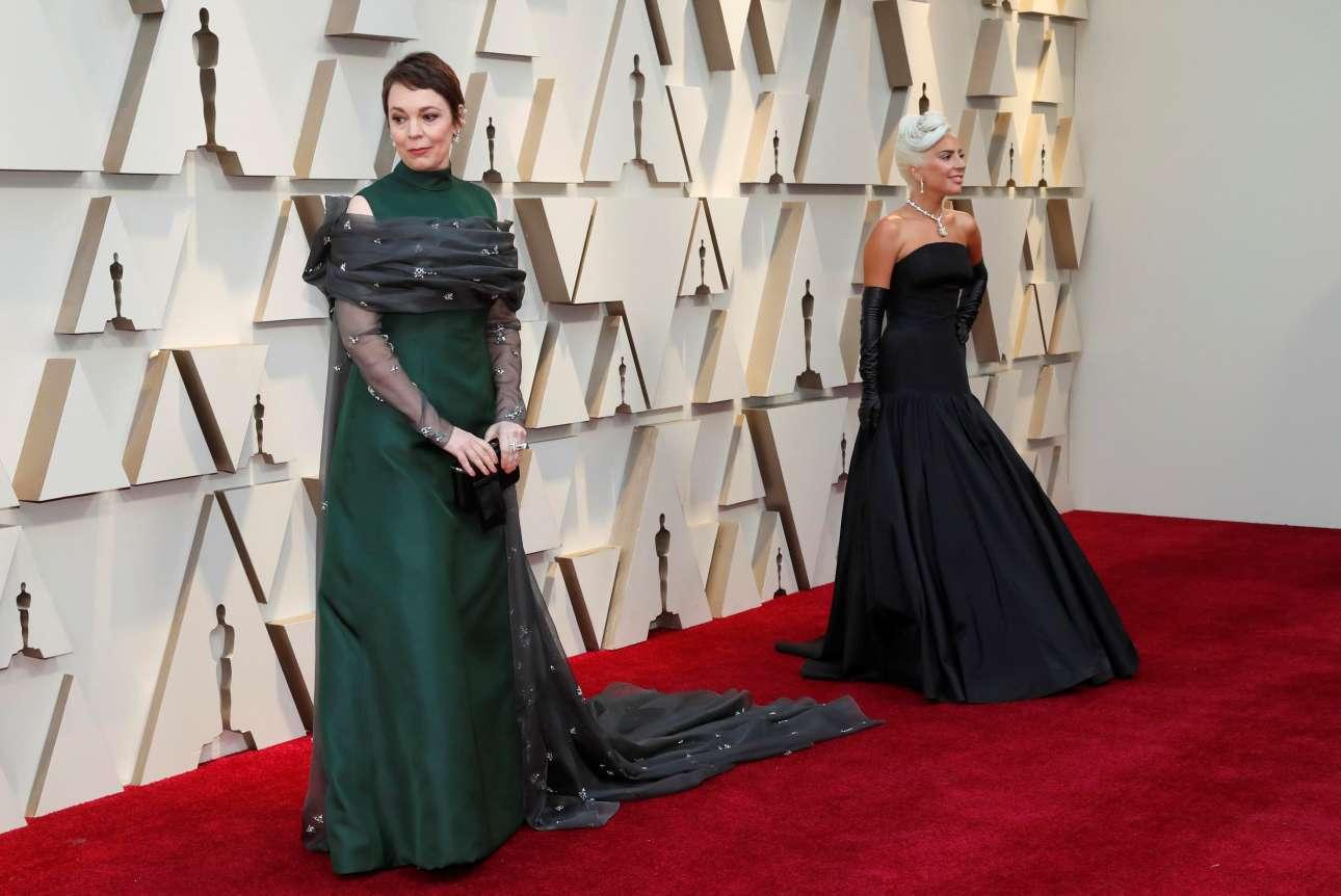 Δύο εμφανίσεις που θύμισαν παλιό Χόλιγουντ: η Ολίβια Κόλμαν με κομψή πράσινη δημιουργία του οίκου Prada και η Lady Gaga με τουαλέτα Alexander McQueen, συνδυασμένη με μακριά μαύρα γάντια και ένα διαμαντένιο κολιέ Tiffany's, το οποίο είχε φορέσει κάποτε και η  Οντρεϊ Χέπμπορν