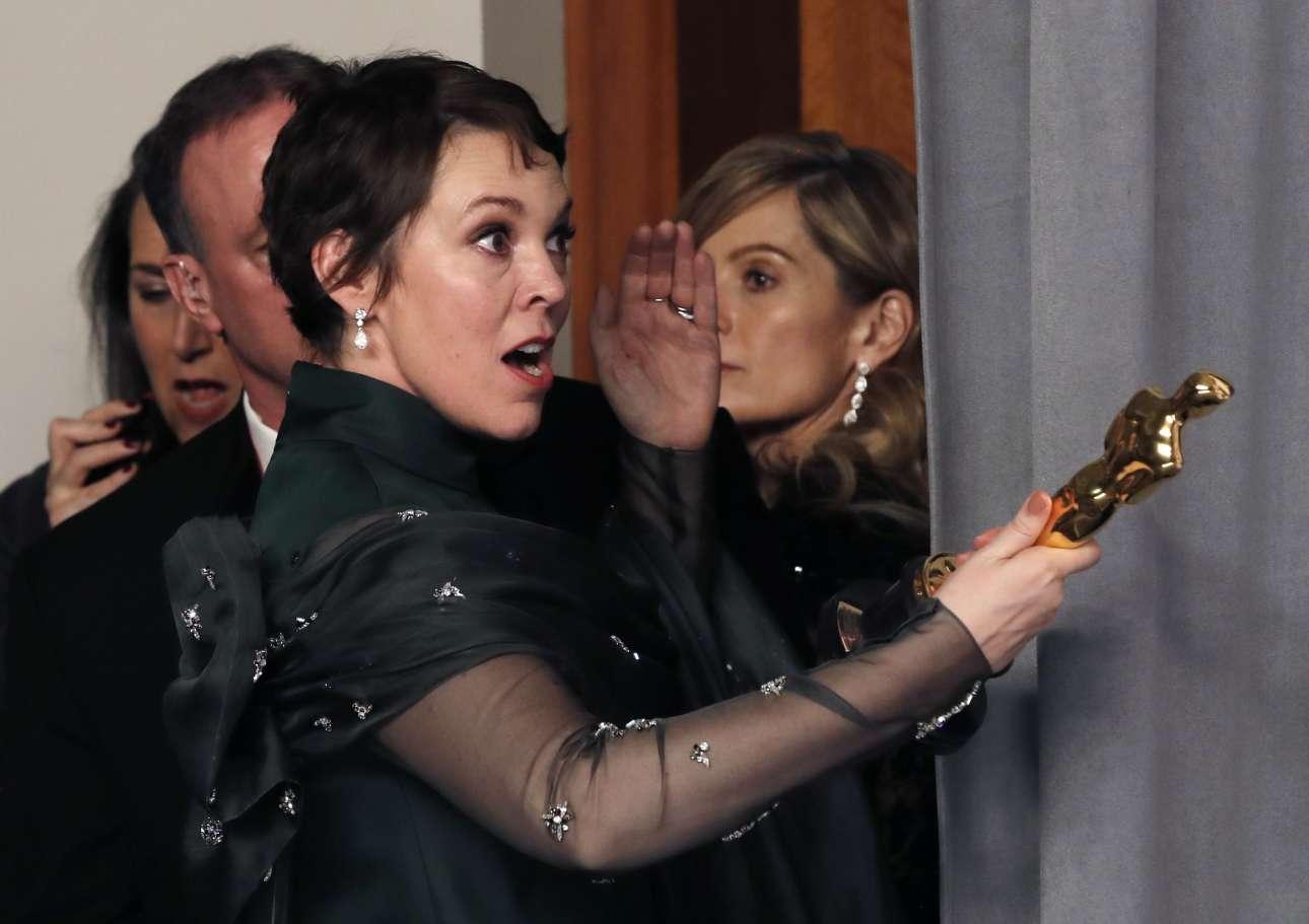 Η Ολίβια Κόλμαν στα παρασκήνια της τελετής, αστειεύεται με το Οσκαρ που πήρε