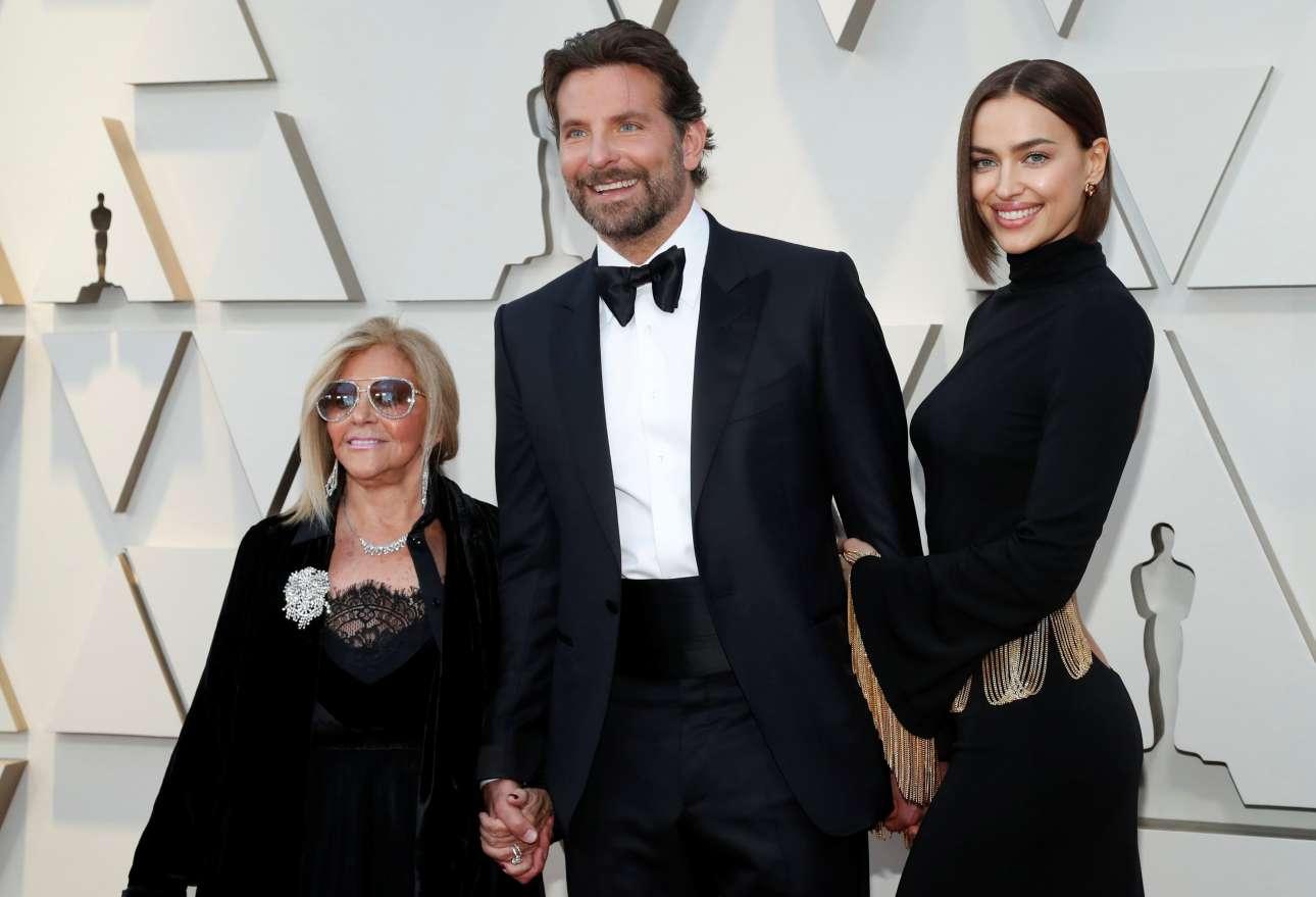Και μια εικόνα από το κόκκινο χαλί. Ο Μπράντλεϊ Κούπερ πήγε στην τελετή με τη σύζυγό του, Ιρίνα Σάικ και τη μητέρα του Γκλόρια Καμπάνο