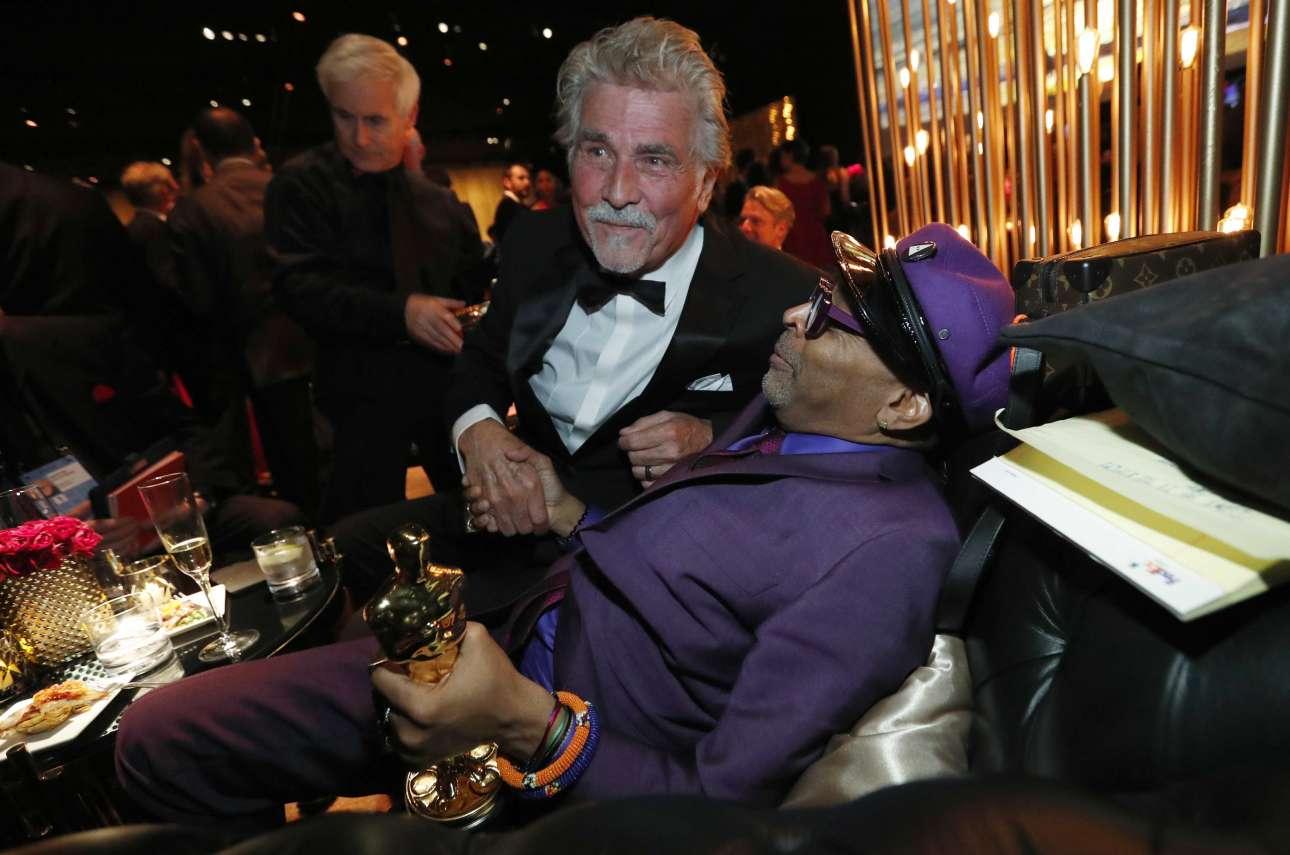 Στο πάρτι των Οσκαρ. Ο Σπάικ Λι αράζει στον καναπέ και δέχεται τα συγχαρητήρια από τον Τζέιμς Μπρόλιν