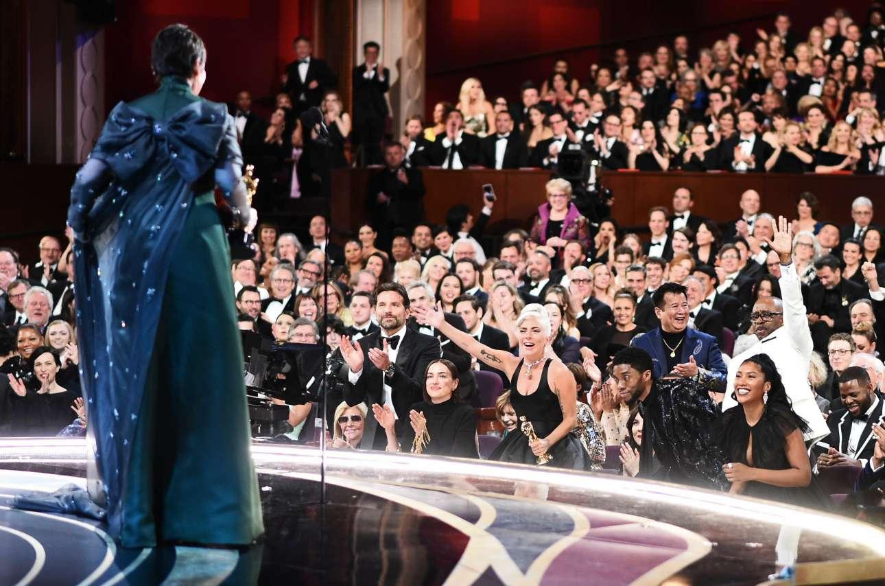 Μια δύσκολη φωτογραφία από την κουίντα. Η Ολίβια Κόλμαν στην ομιλία της για το Οσκαρ α' γυναικείου ρόλου. Μπράντλεϊ Κούπερ, Lady Gaga και άλλοι συντελεστές του «A Star is Born» την αποθεώνουν