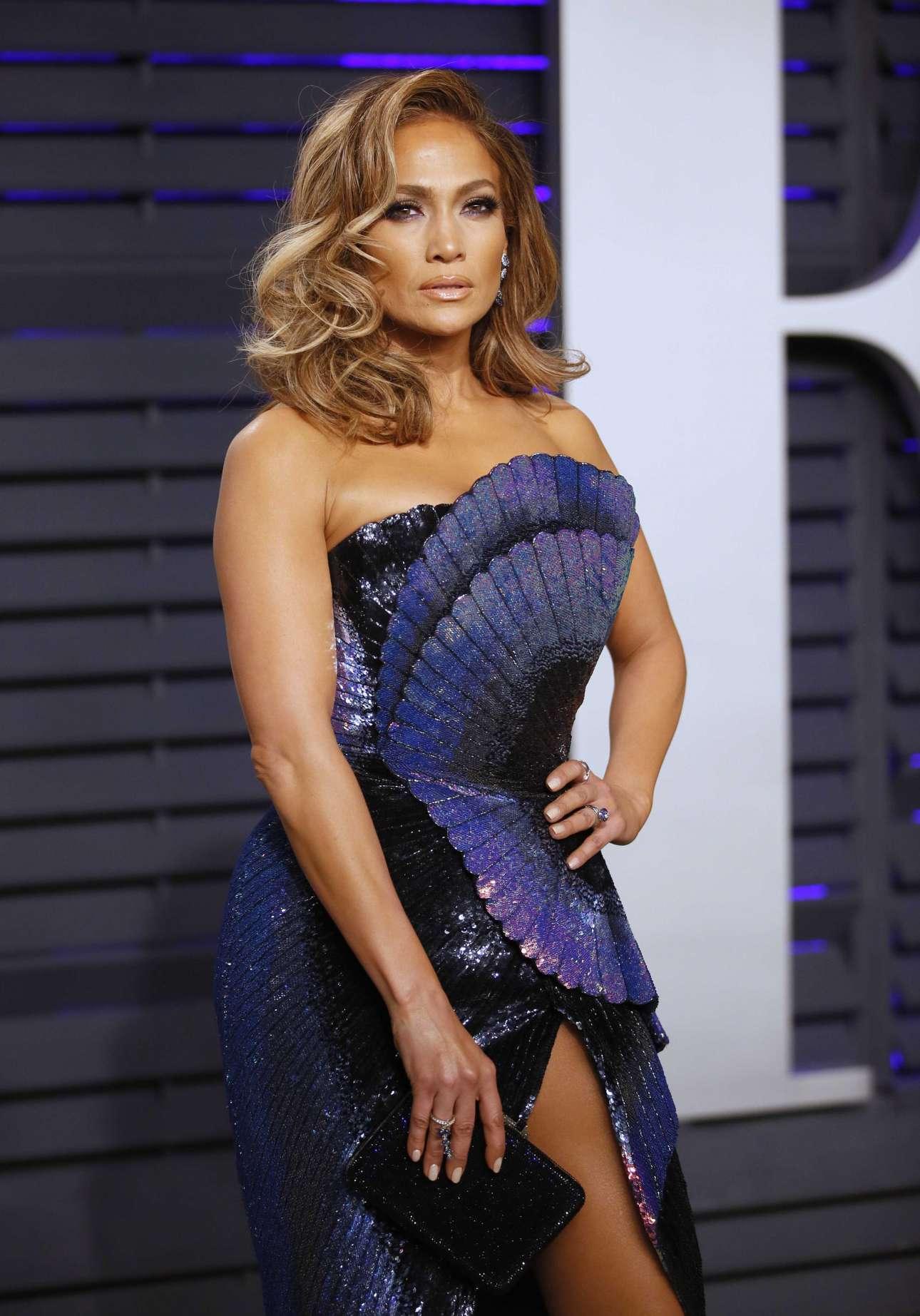 Η Τζένιφερ Λόπεζ καταφθάνει στο καθιερωμένο πάρτι του Vanity Fair, μετά την τελετή, φορώντας ένα αποκαλυπτικό φόρεμα. Γιατί; Γιατί μπορεί.