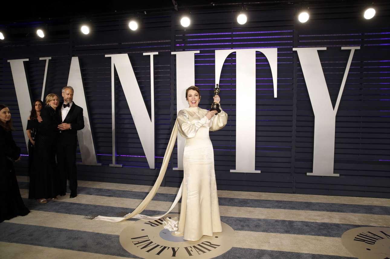 Λίγο αργότερα η Ολίβια Κόλμαν καταφθάνει στο πάρτι του Vanity Fair ποζάροντας με το Οσκαρ της για την «Ευνοούμενη» του Γιώργου Λάνθιμου