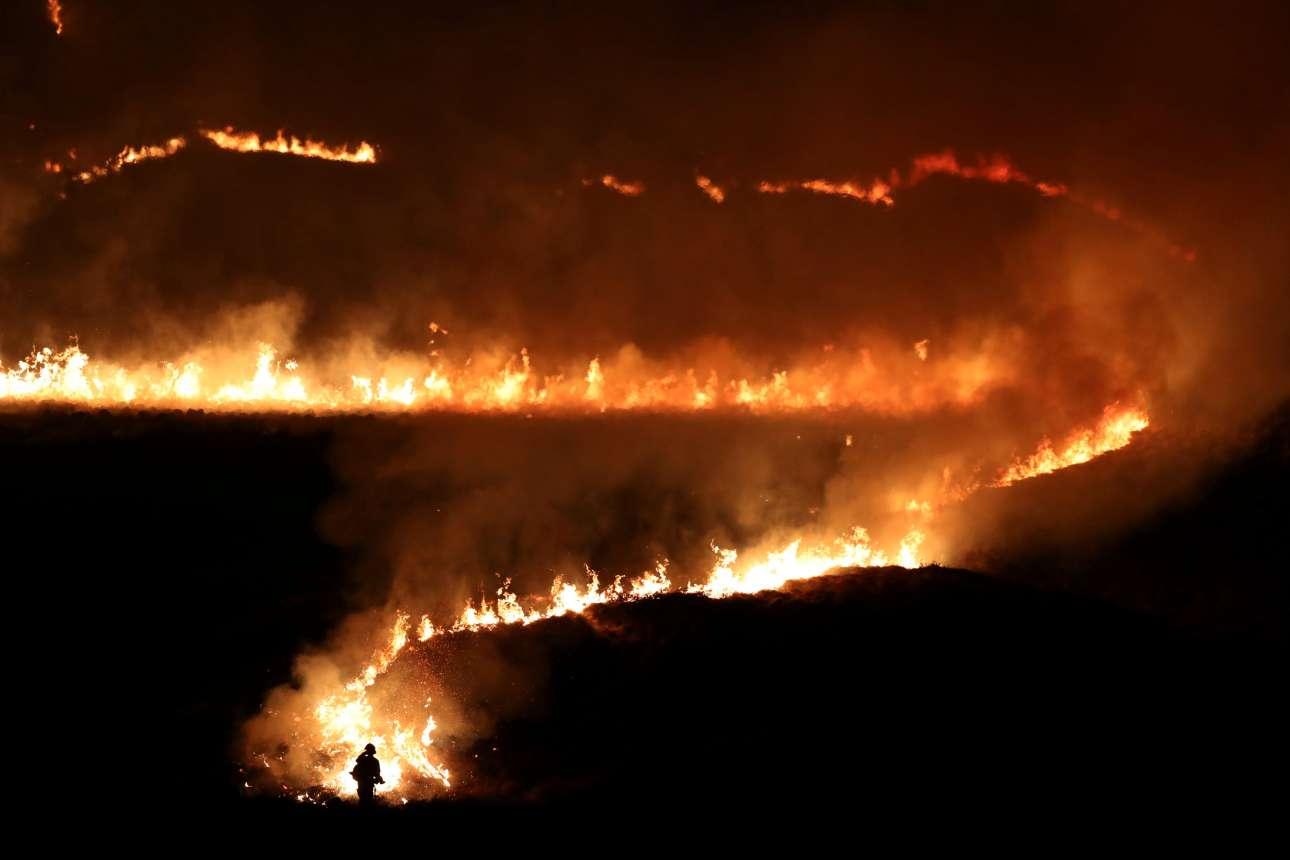 Τετάρτη, 27 Φεβρουαρίου, Βρετανία. Πυρκαγιά έχει ξεσπάσει στο Saddleworth Moor, κοντά στην πόλη Ντιγκλ