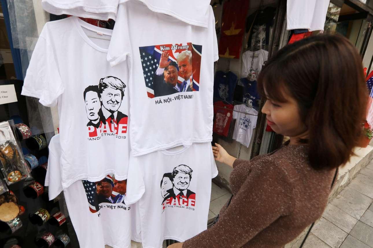 Τα πρόσωπα των Τραμπ - Κιμ εμφανίζονταν παντού στο Ανόι. Ακόμα και σε μπλούζες