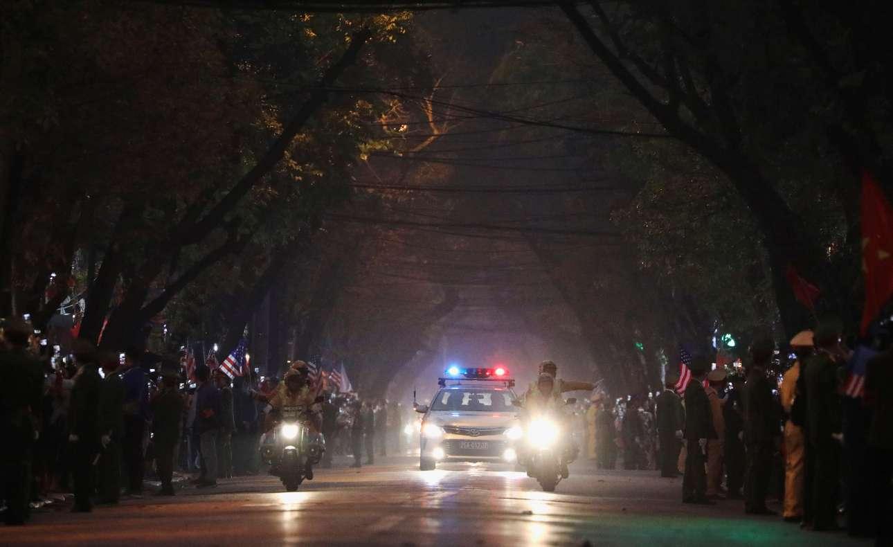 Και η αυτοκινητοπομπή του αμερικανού ηγέτη καταφθάνει στο Ανόι