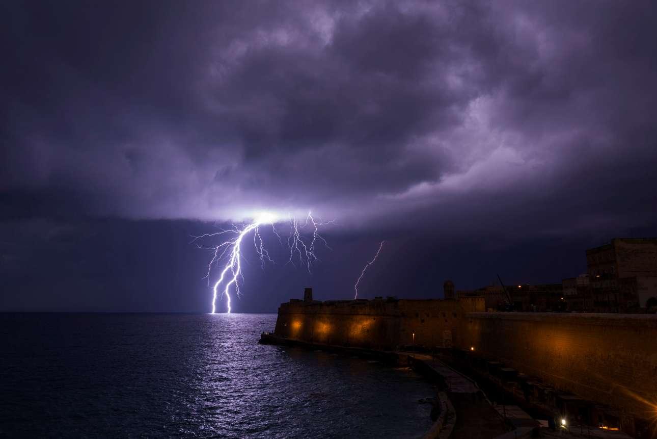Τετάρτη, 27 Φεβρουαρίου, Μάλτα. Κεραυνός σκίζει τον ουρανό πάνω από τη νυχτερινή Βαλέτα