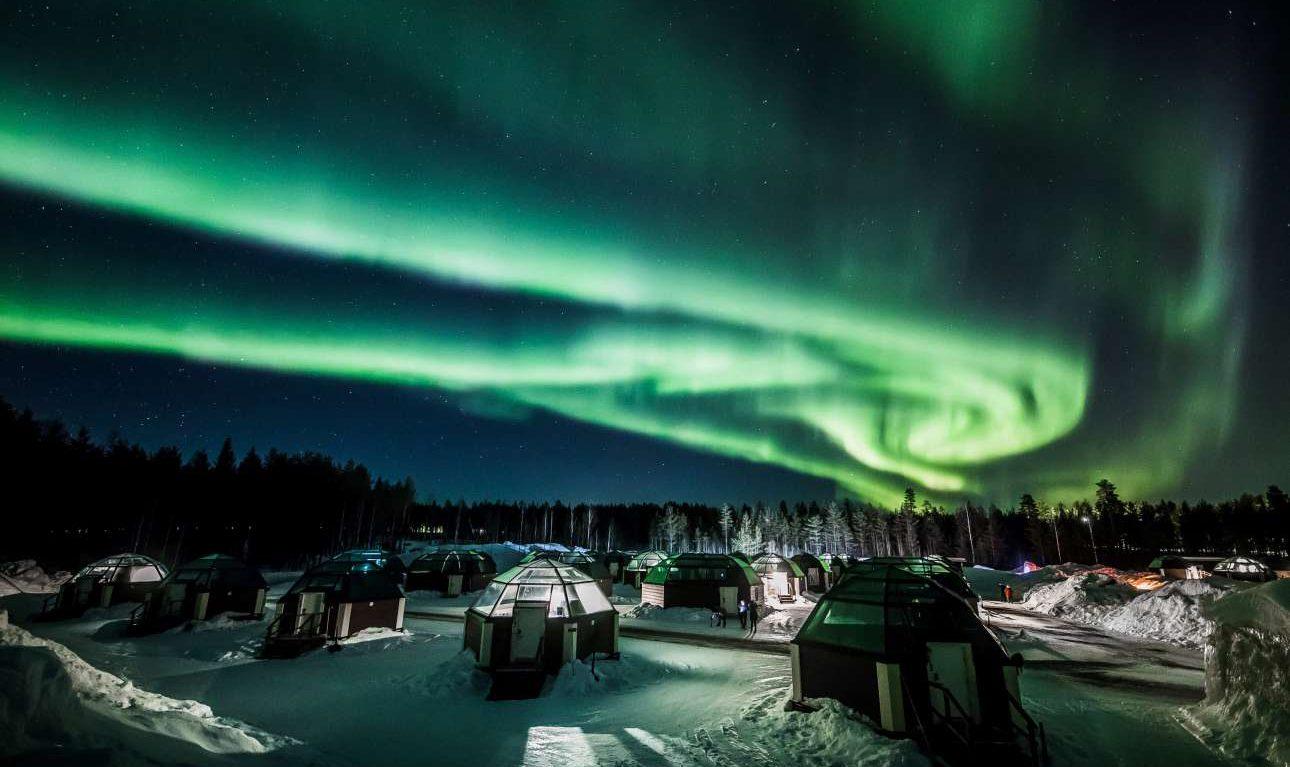 Παρασκευή, 1 Μαρτίου, Φινλανδία. Το φαινόμενο Βόρειο Σέλας (Aurora Borealis) στον ουρανό πάνω από το ξενοδοχείο Arctic Snowhotel στο Ροβανιέμι