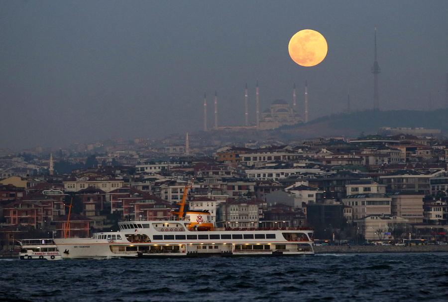 Η πανσέληνος υψώνεται πάνω από τα νερά του Βοσπόρου στην Κωνσταντινούπολη