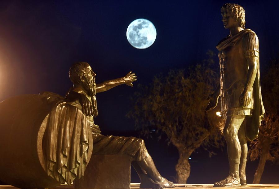 Χωρά το φεγγάρι ανάμεσα στο άγαλμα του Διογένη με τον Αλέξανδρο στην Κόρινθο;