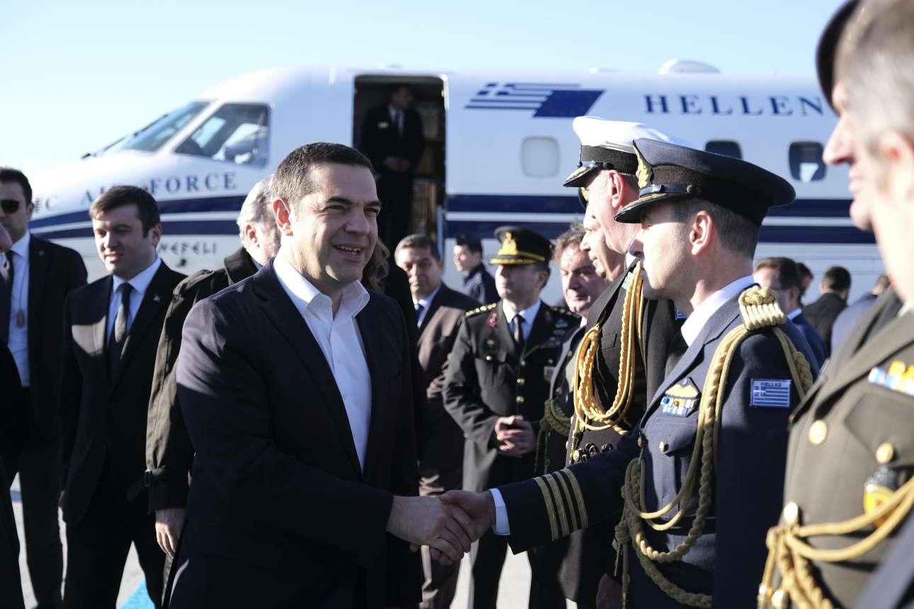 Ο Αλέξης Τσίπρας στο ταξίδι του στην Αγκυρα. Εδώ χαιρετά έλληνες στρατιωτικούς