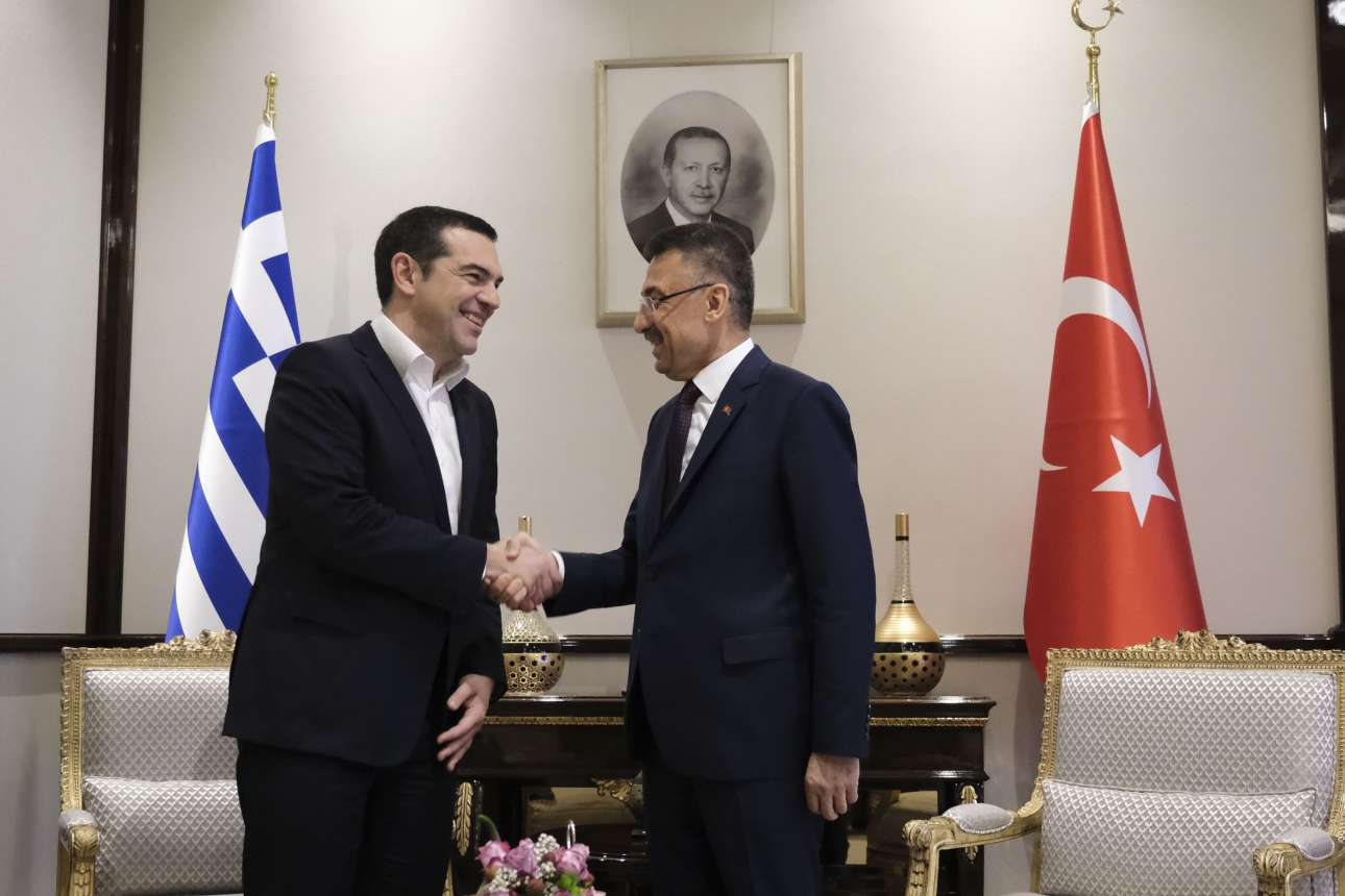 Χειραψία του Αλέξη Τσίπρα με τον αντιπρόεδρο της Τουρκίας Φουάτ Οκτάι, υπό το «βλέμμα» του Ερντογάν