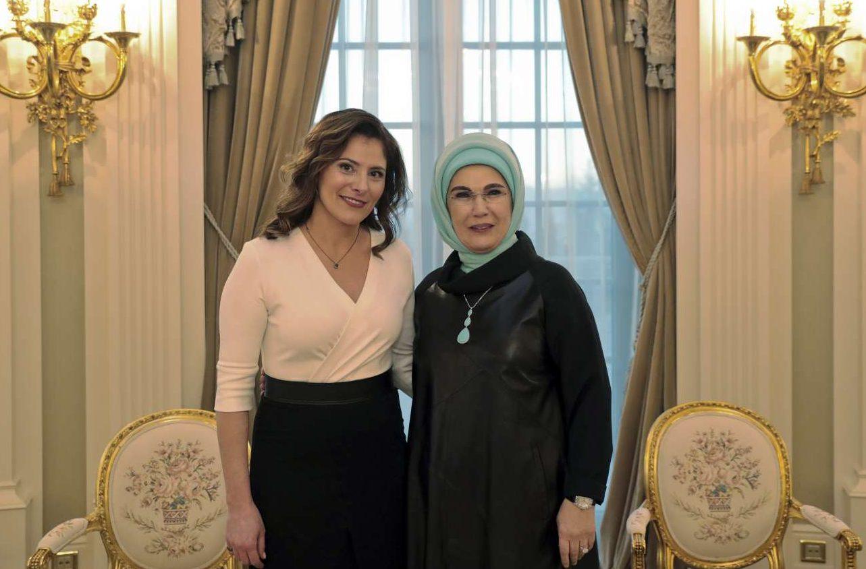 Η σύντροφος του Πρωθυπουργού Μπέτυ Μπαζιάνα, με τη σύζυγο του Ερντογάν, Εμινέ