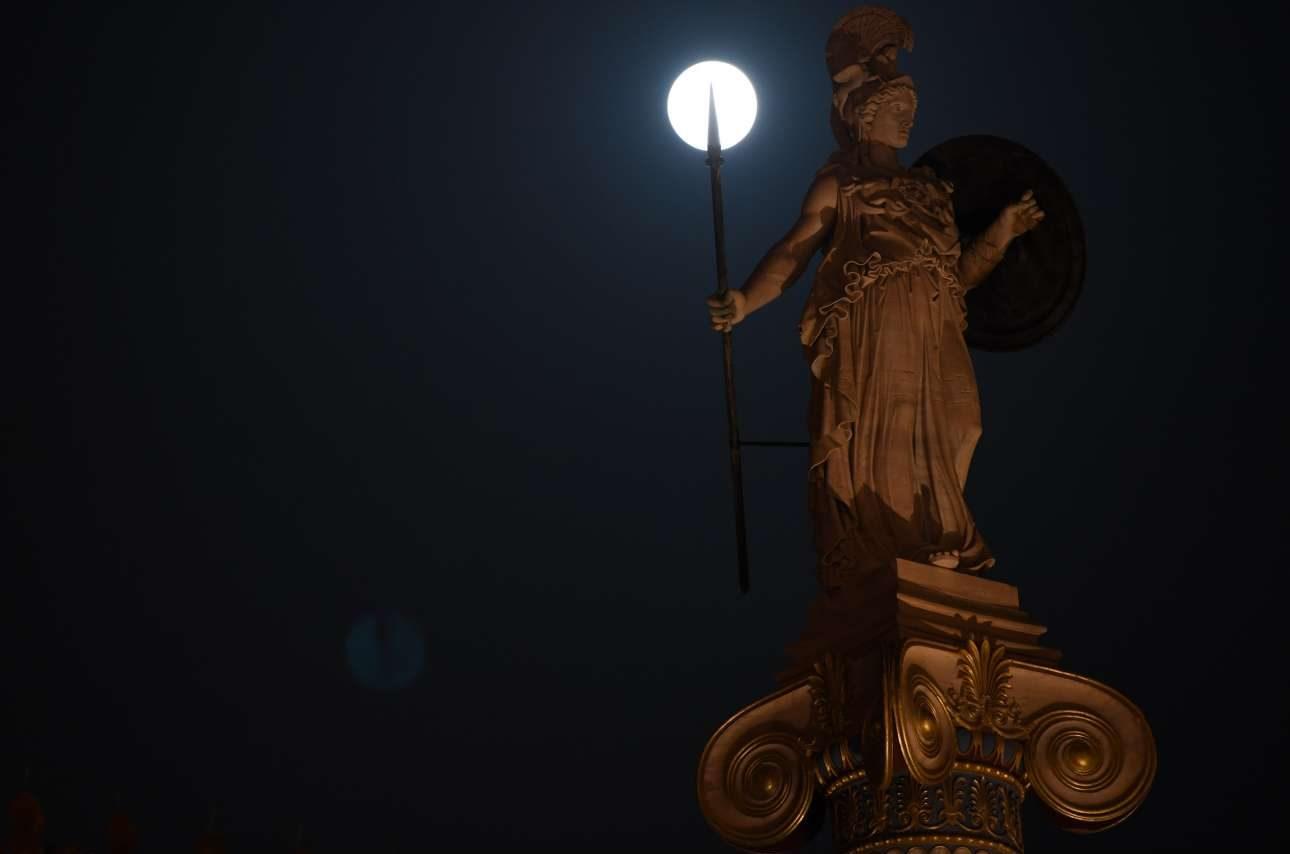 Ενα εντυπωσιακό στιγμιότυπο με το δόρυ της Αθηνάς στην Ακαδημία, στην Αθήνα να τρυπά τη Σελήνη