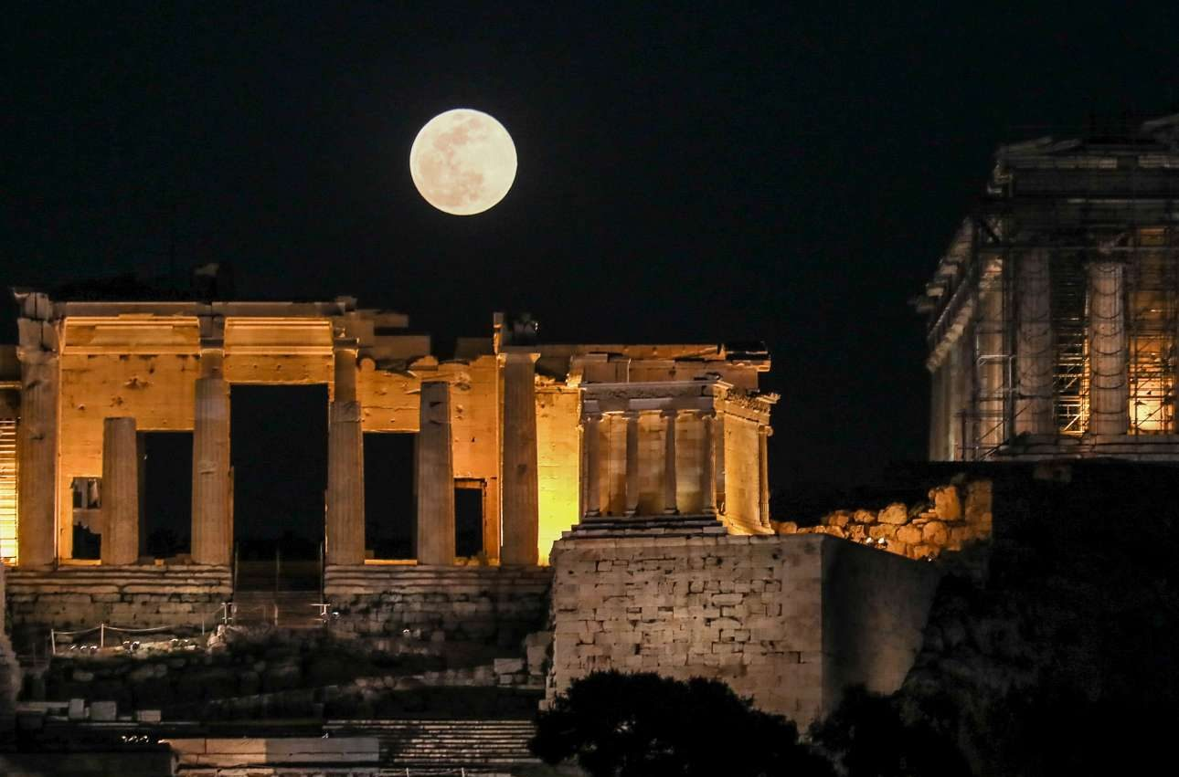 Το φεγγάρι πάνω από την Ακρόπολη είναι πάντα εντυπωσιακό