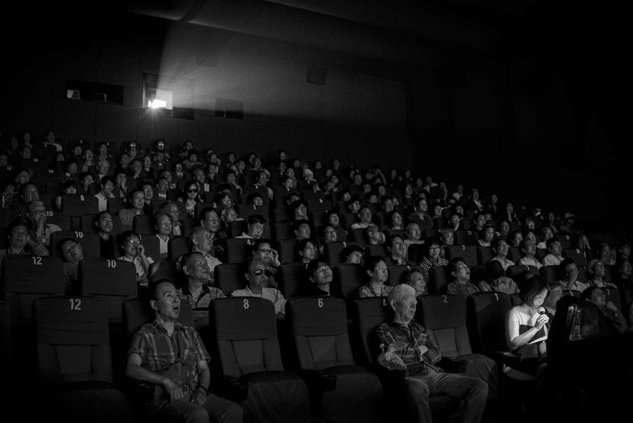 «Ο Ηχος του Φωτός». Μία ομάδα τυφλών και ανθρώπων με προβλήματα όρασης «παρακολουθούν» ταινία σε σινεμά της Σανγκάης, με τη συνοδεία ζωντανής ακουστικής αφήγησης
