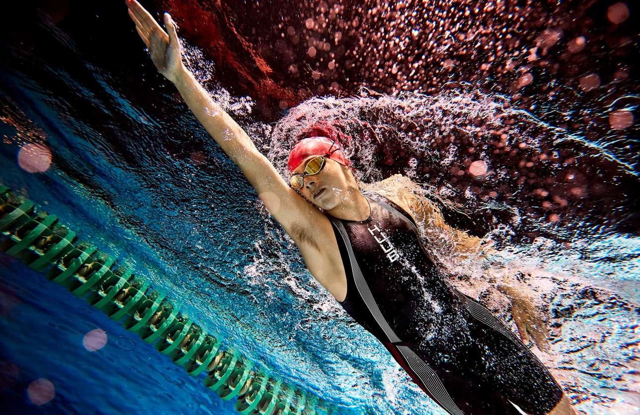 «Βραδινή Κολύμβηση».  Ο επαγγελματίας κολυμβητής Ολιβερ Ανσον κάνει προπόνηση στη Μαγιόρκα. Ο φωτογράφος χρειάστηκε καιρό για να προετοιμάσει την παραπάνω λήψη, καθώς η φωτογράφιση έγινε νύχτα και μέσα στο νερό