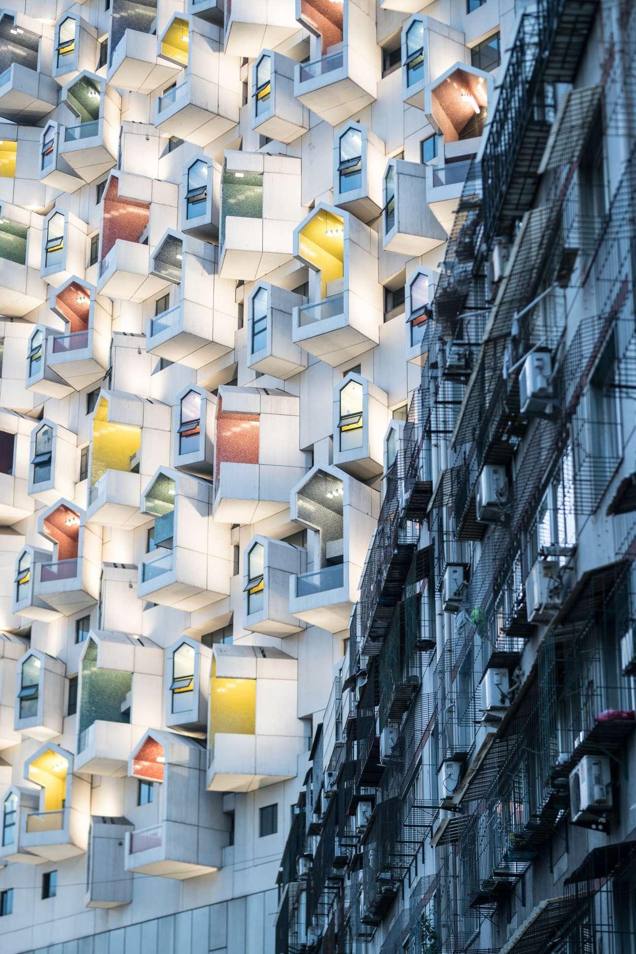 Μία «φωτογραφία των άκρων» που δείχνει την έντονη αντίθεση μεταξύ ενός νέου κτιρίου δίπλα σε μία παλιά, ετοιμόρροπη οικοδομή, στην κινεζική πόλη Τανγκσάν