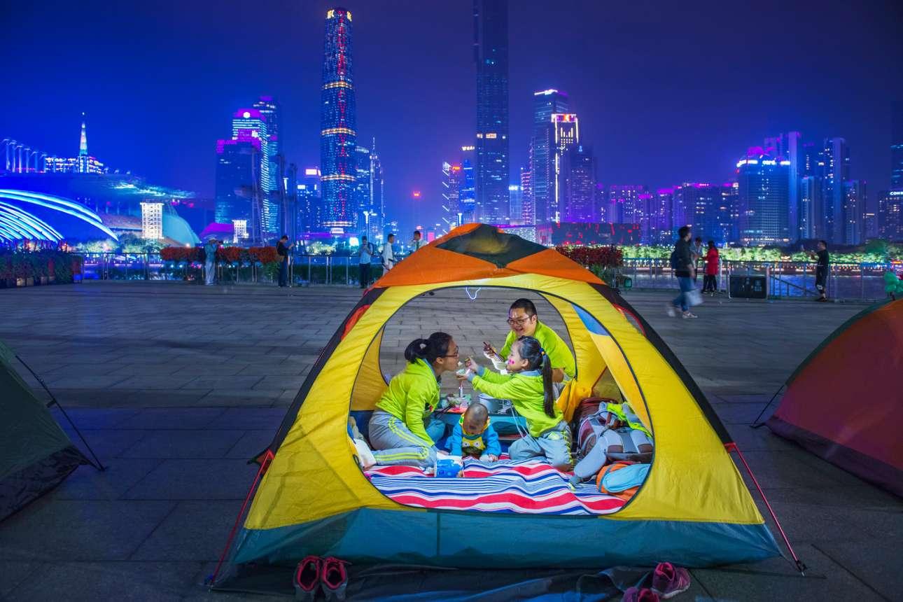 «Κάμπινγκ στην Πόλη». Κάτοικοι της Γκουανγκζού στην Κίνα διασκεδάζουν σε ειδική εκδήλωση, όπου κατασκήνωσαν στο κέντρο της κινεζικής πόλης