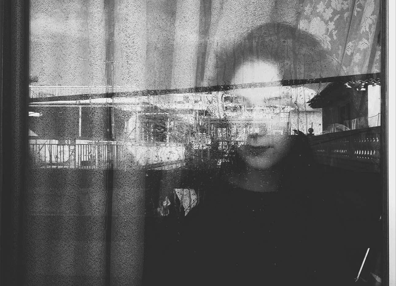 Η ελληνίδα φωτογράφος Kelly Ts βάζει την εξαδέλφη της πίσω από ένα παράθυρο και παίζει με τις αντανακλάσεις, μια μέρα του Απριλίου