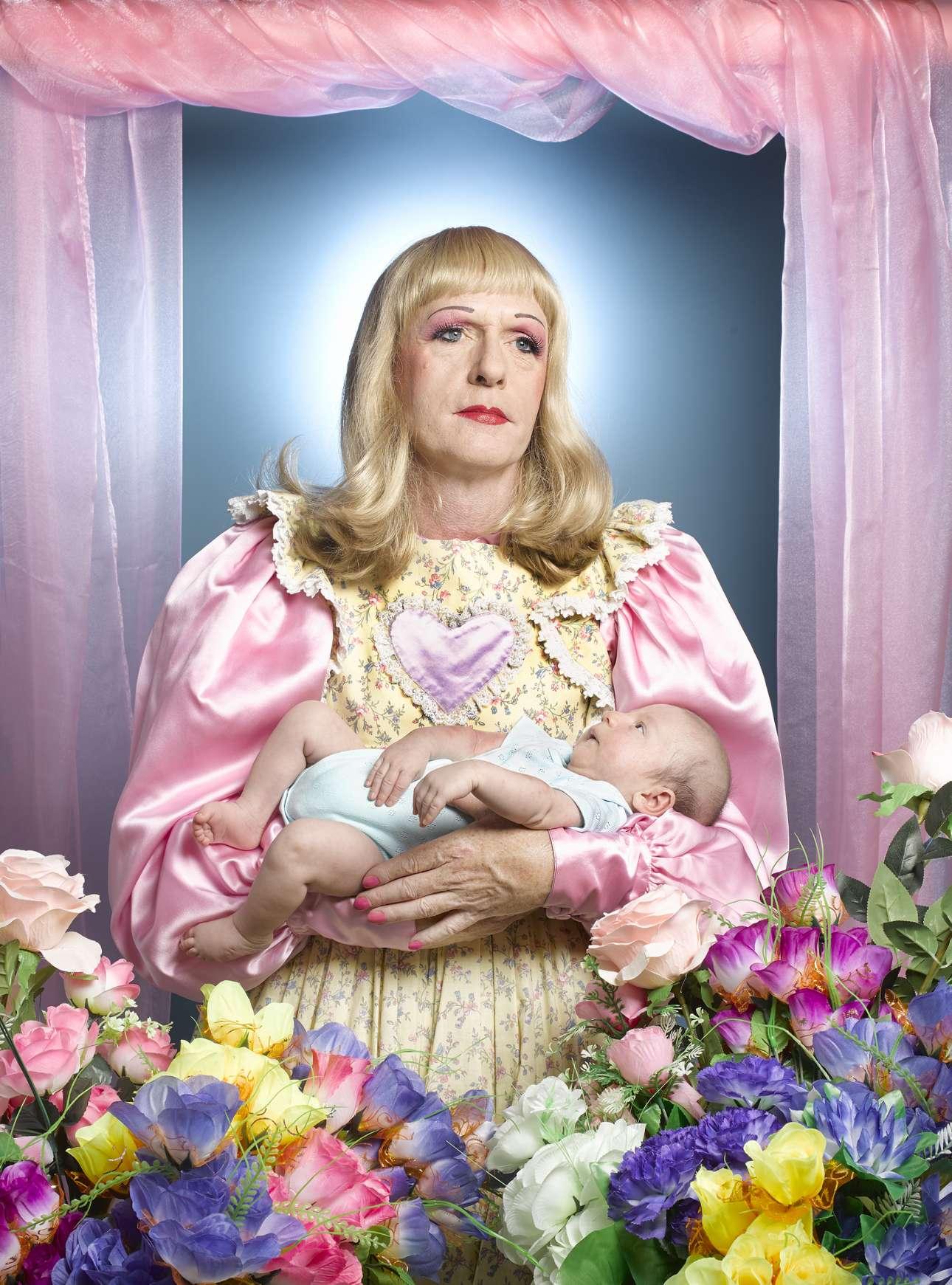 Πρώτη θέση στην κατηγορία Πορτρέτο. Ο βρετανός καλλιτέχνης Γκρέισον Πέρι μαζί με τον φωτογράφο Ρίτσαρντ Ανσετ φέρνουν το θέμα Μητέρα και Παιδί στον 21ο αιώνα. (O Πέρι -με φωτοστέφανο από προβολέα- φωτογραφίστηκε σαν Virgin Mary/Παρθένος Μαρία)