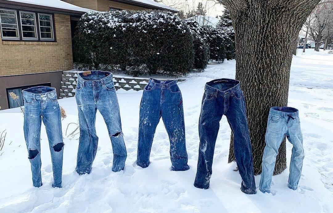 Τα κοκαλωμένα από το τρομακτικό ψύχος παντελόνια γίνονται ένα είδος εικαστικής εγκατάστασης στη Μινεσότα