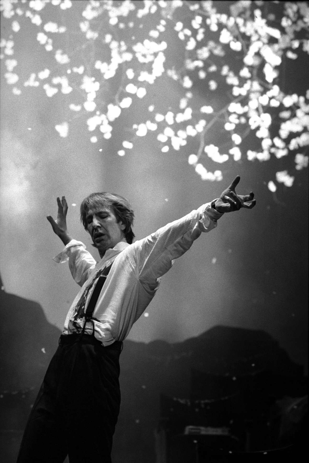 Στιγμιότυπο από το «Τανγκό στο τέλος του χειμώνα» στο λονδρέζικο θέατρο Πικαντίλι το 1991, με πρωταγωνιστή τον εξαιρετικό Αλαν Ρίκμαν