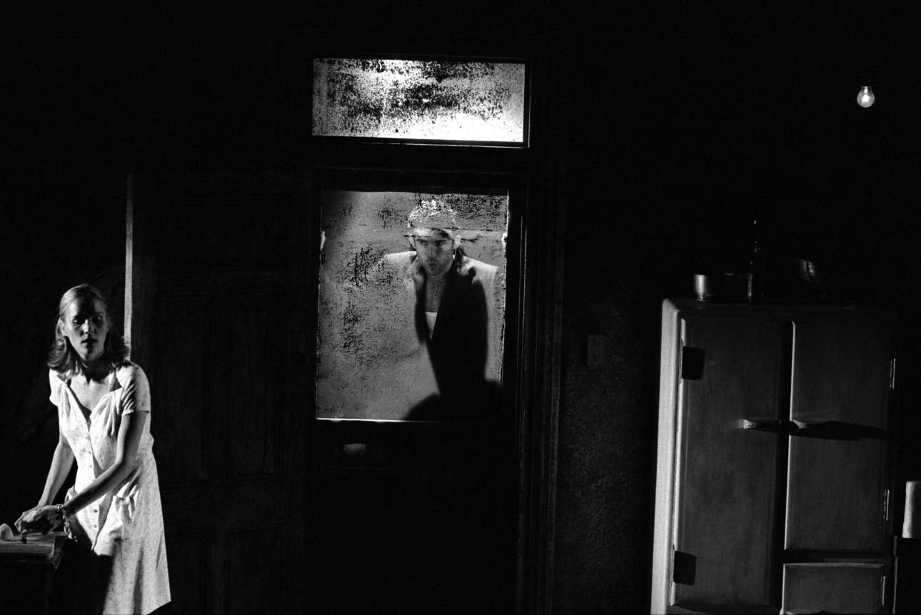 «Baby Doll», 1999: Ατμοσφαιρικό κλικ από το έργο -γνωστό και ως «Η Κουκλίτσα»- του Τενεσί Ουίλιαμς, σε σκηνοθεσία Λούσι Μπέιλι για το θέατρο Repertory του Μπέρμιγχαμ
