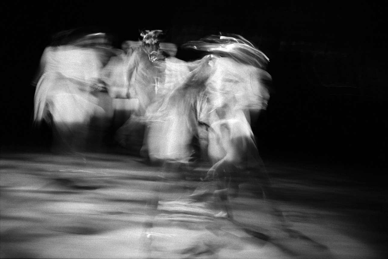 Μία ονειρική φωτογραφία από το έργο του Πίτερ Σάφερ «Equus», ανεβασμένο στη σκηνή του θεάτρου Clwyd στην Ουαλία, το 1997