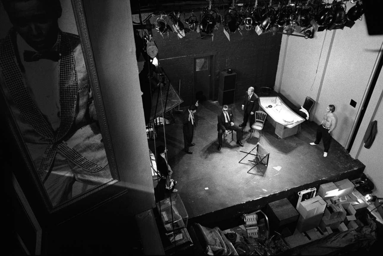 Σκηνή από την παράσταση «Mojo» στο θέατρο Royal Court φωτογραφημένη από ψηλά, το 1995