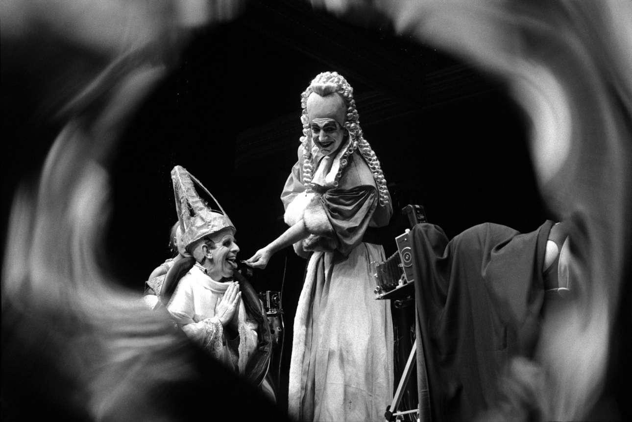Πρωταγωνιστώντας στο κάδρο αλλά και στην παράσταση «Το Μπαλκόνι» του Ζαν Ζενέ, ο Τζιμ Κάρτερ στο Κέντρο τεχνών Μπάρμπικαν το 1987