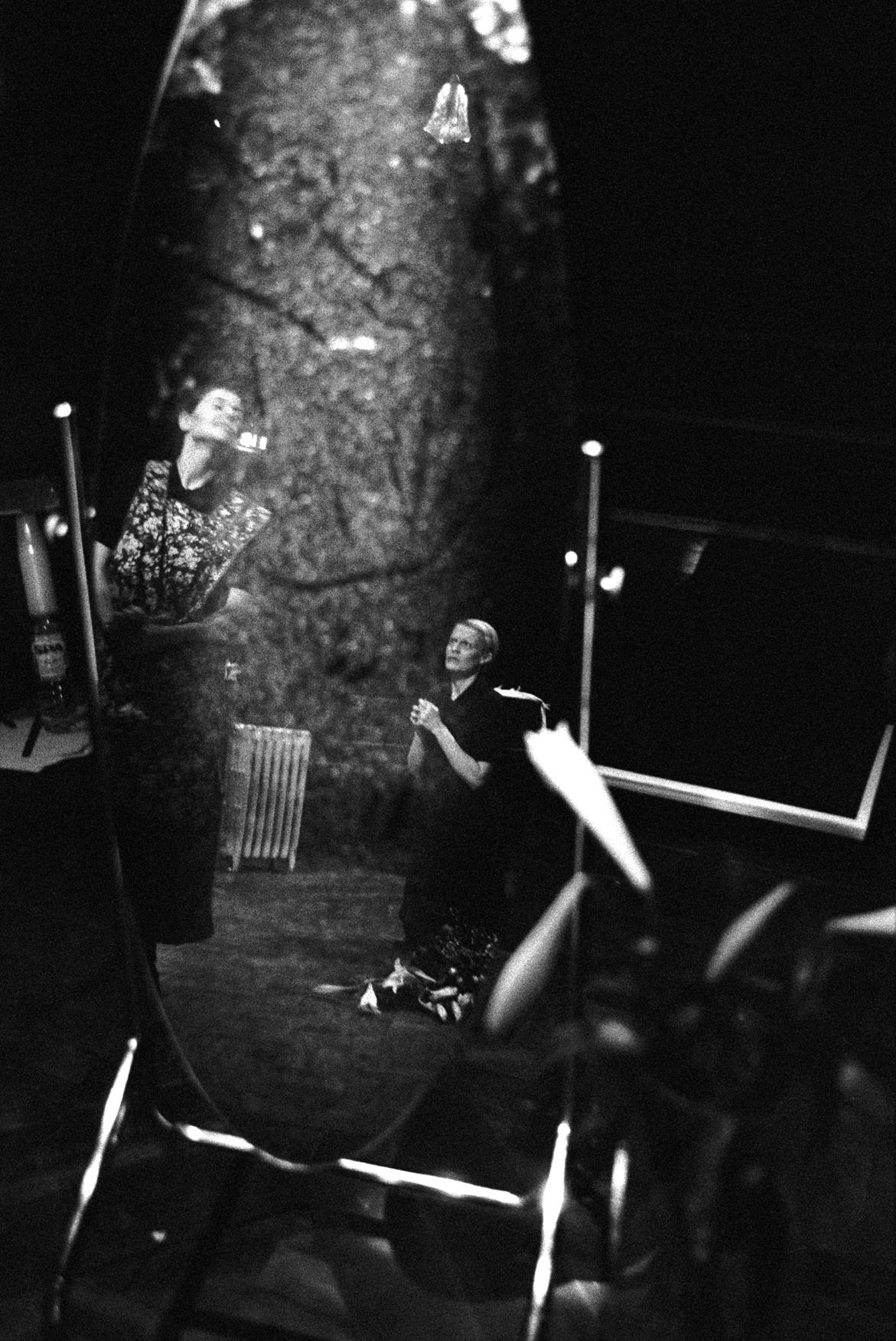 Ενα πολύ ενδιαφέρον καρέ από την παράσταση «Οι δούλες» του Ζαν Ζενέ στο θέατρο Young Vic του Λονδίνου, το 1999