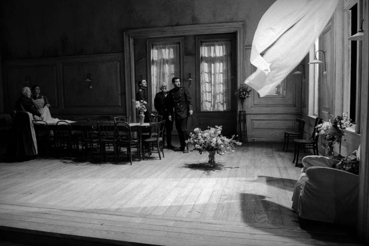 Το διάσημο έργο του Τσέχοφ «Οι Τρεις Αδελφές» σε σκηνοθεσία της Κέιτι Μίτσελ στο Εθνικό Θέατρο στο Λονδίνο, το 2003