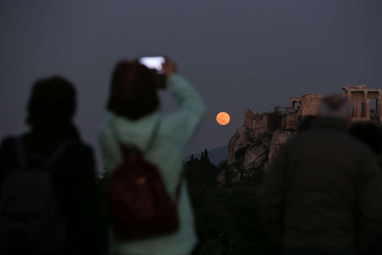 Ευκαιρία για μια φωτογραφία, αν και ο φακός δεν αποδίδει πάντα το μεγαλείο της εικόνας, στην Ακρόπολη