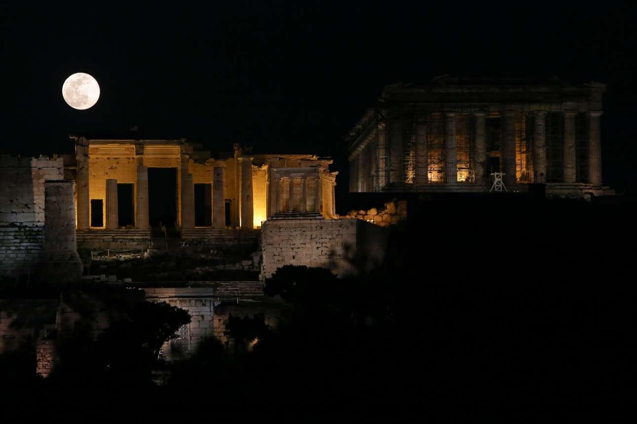 Το ολόγιομο φεγγάρι παίρνει τη θέση του πάνω από τα Προπύλαια στην Ακρόπολη