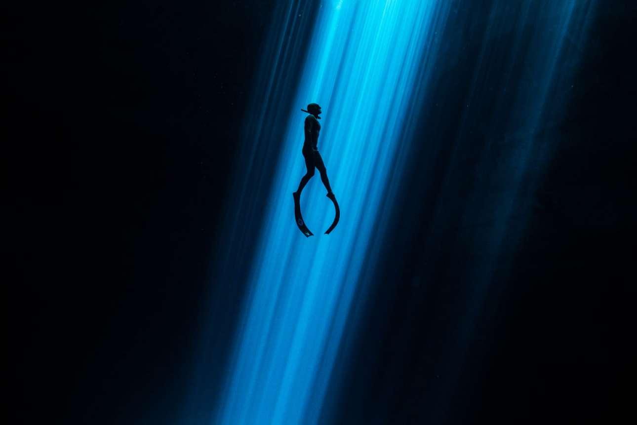 Τιμητική διάκριση στην κατηγορία Υποβρύχια Τέχνη. Μία αχτίδα φωτός διαπερνά το νερό και φωτίζει τον δύτη της φωτογραφίας, σε μία μαγευτική εικόνα τραβηγμένη στη σπηλιά Τσενότε, στη χερσόνησο Γιουκατάν του Μεξικού